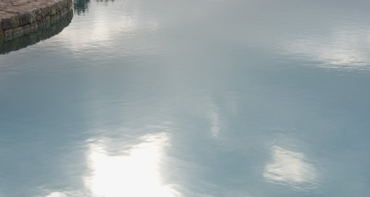 As cloraminas causam odores estranhos na água