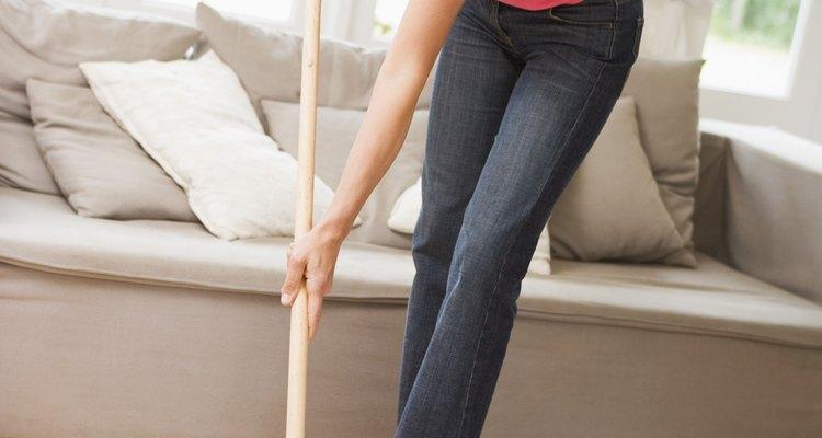 Trapea tus pisos con un limpiador suave.