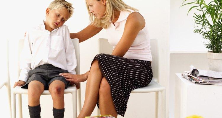 Para los niños más jóvenes, responder a sus necesidades de manera adecuada es la clave para desarrollar emociones normales.