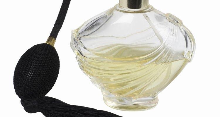 Enjuaga la botella y límpiala con algún detergente para vajillas suave y agua caliente.