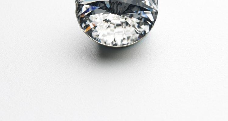 As pedras Diamonique têm tanto similaridades quanto diferenças em relação aos diamantes verdadeiros