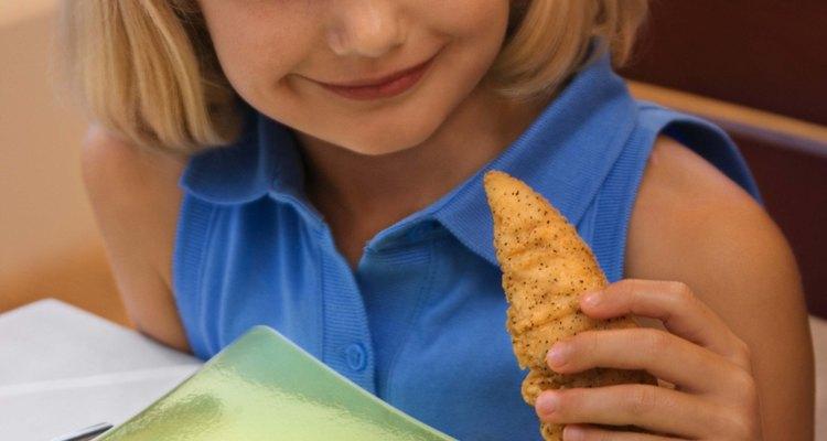 Alimenta a tu familia con crujientes tiras de pollo dorado para la cena.