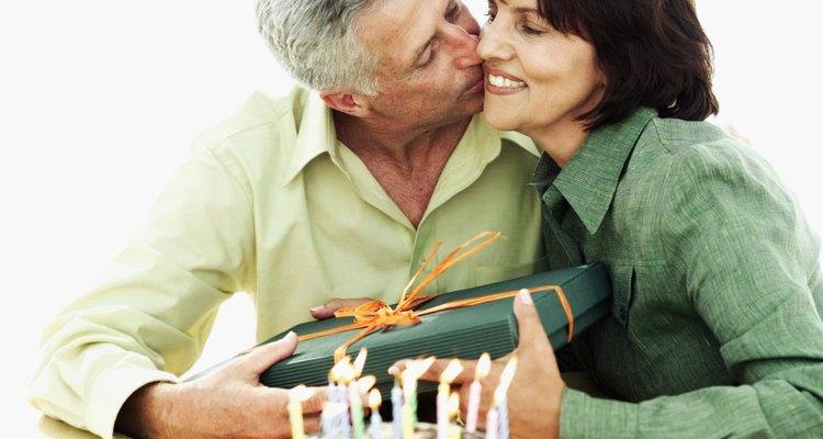 Haz las cosas menos complicadas horneándole un pastel de cumpleaños.