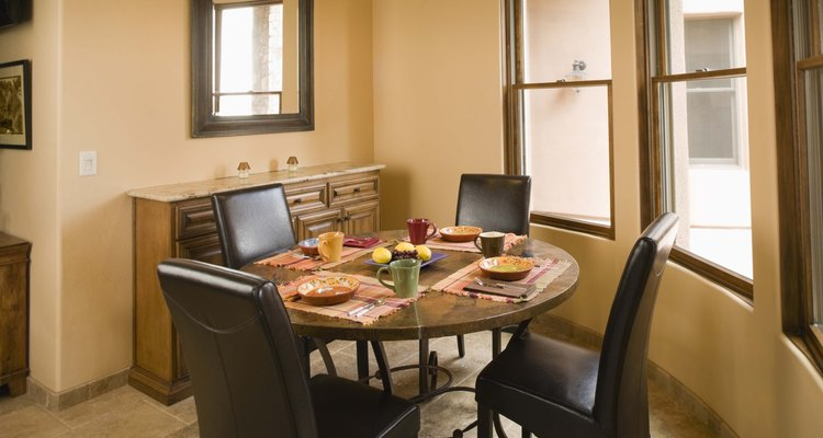 A altura do assento das cadeiras na sala de jantar irá determinar o nível de conforto durante as refeições