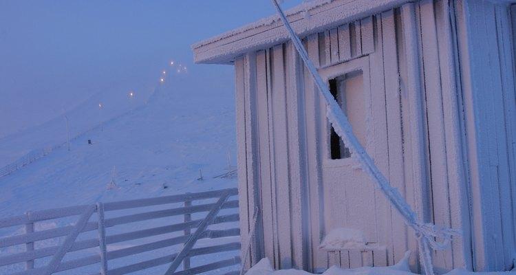 Una cabaña de playa expuesta a clima de invierno.