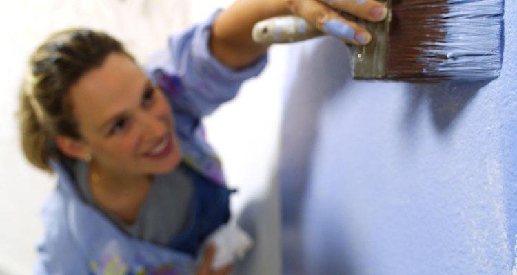 Reparar buracos em placas de gesso é fácil se você trabalhar devagar e com cuidado
