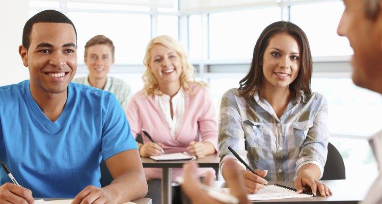 Alunos adultos em aula sobre o desenvolvimento das crianças