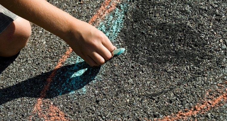 Una línea de tiza de color puede parecer que bloquea a las hormigas, pero es sólo algo temporario.