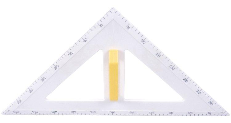 Utilizar regras e esquadros pode ajudar a criar triângulos com precisão