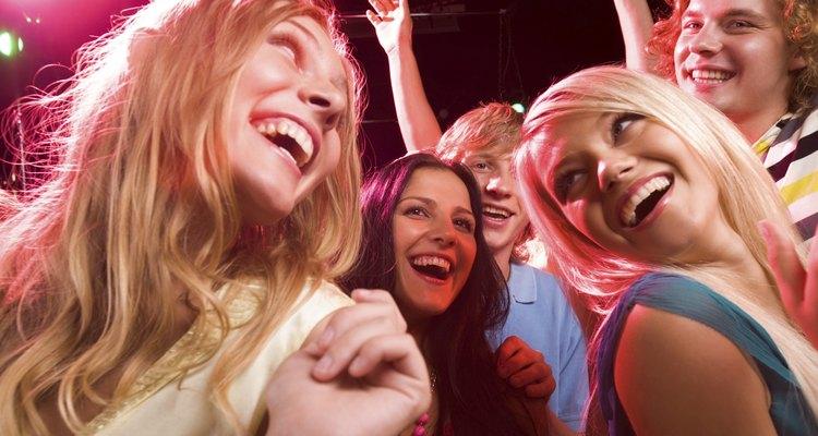 Mulheres dançando com as amigas