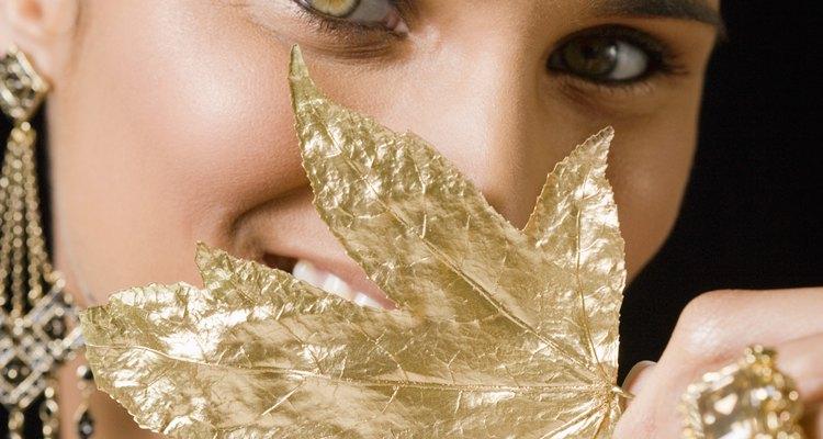La joyería con acabados en oro es un regalo fino y sofisticado para un cumpleaños número 50.