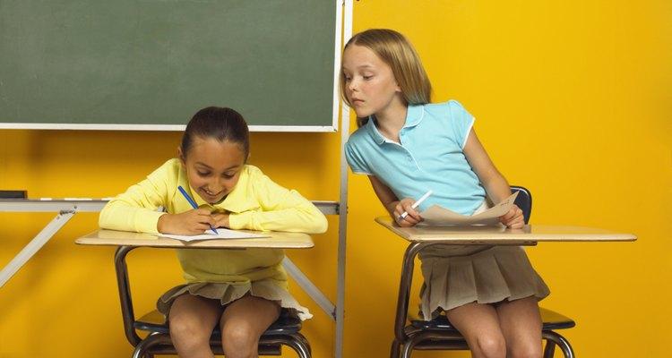 La presión de los padres para el éxito académico a veces puede dar lugar a copiarse en la escuela.