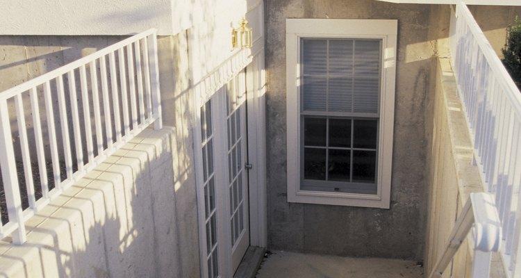 Crie uma moldura suave para anexar suas janelas de porão usando pranchas de madeira