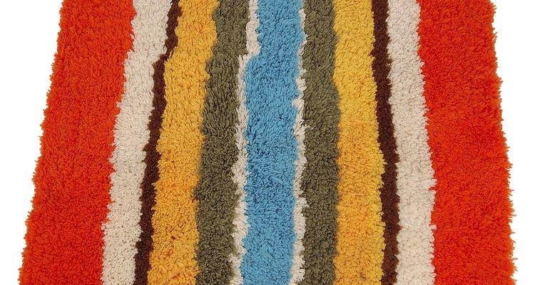 Las alfombras comúnmente pueden clasificarse según el modelo de nudo que siguen y el sistema utilizado. Existen alfombras en nudo (con menor o mayor espesor), alfombras rasuradas y alfombras mixtas (nudo y rasurado sobre el mismo lienzo).