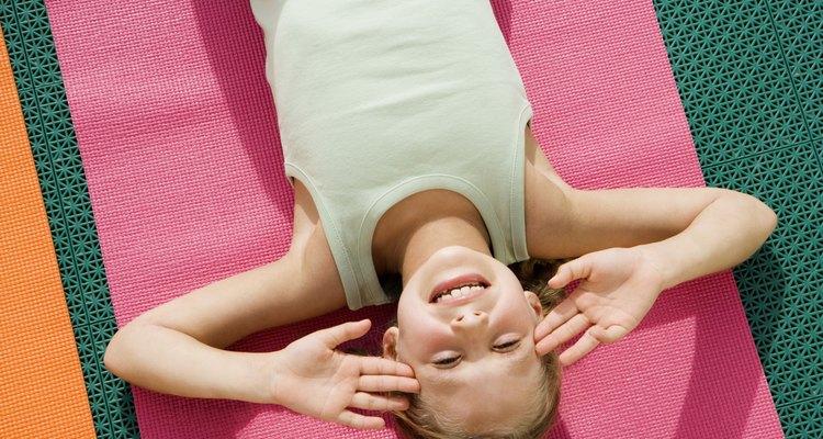 Abdominais podem fortalecer os músculos abdominais de uma criança da pré-escola