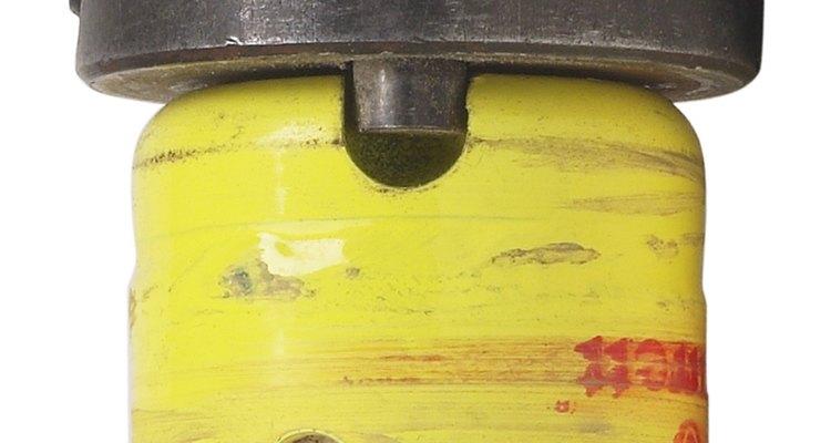 O uso de uma serra copo na furadeira facilita o corte do círculo