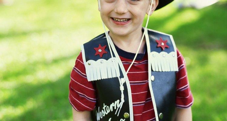 Haz fácil y rápido un chaleco de vaquero para un niño pequeño.