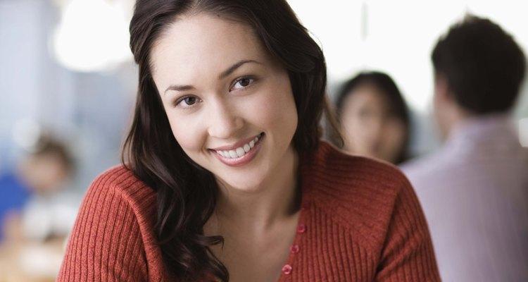 Las expresiones faciales que se emplean para manifestar felicidad son las mismas en todas las culturas.