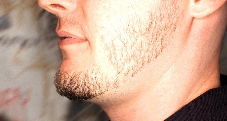 Mantén tus patillas cortas y tu barba un poco más larga para una integración apropiada.