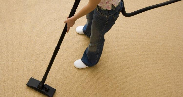 Mujer aspirando el piso.
