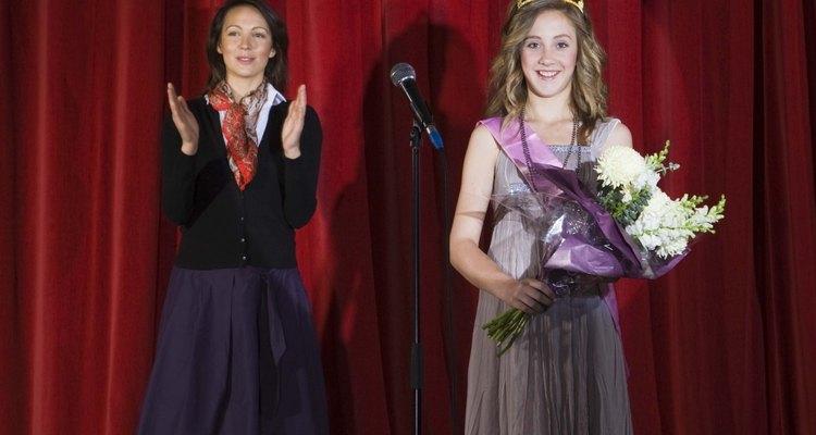 A vencedora do concurso de beleza normalmente recebe uma tiara de strass