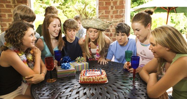 Celebra un cumpleaños 17 con una fiesta, pastel y regalos de corazón.