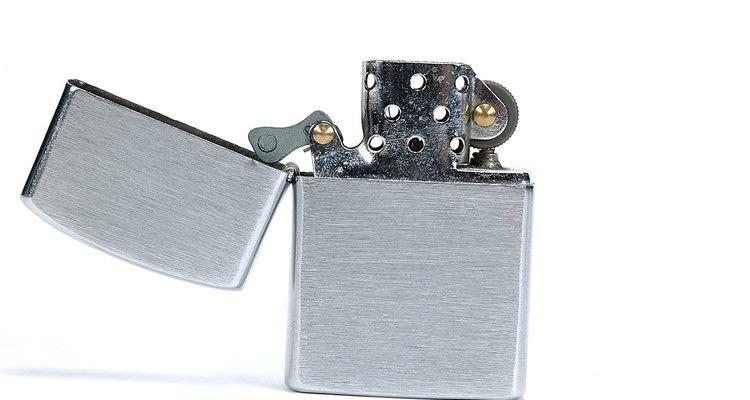 Zippos são fáceis de reconhecer, pelo formato retangular do metal e pela tampa superior