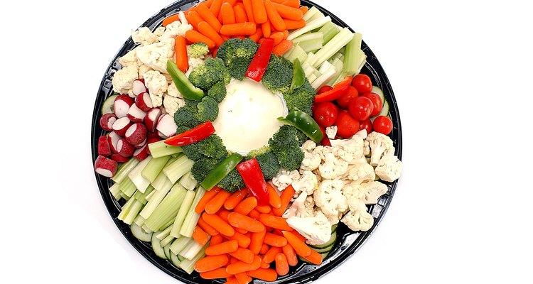 Cortados em cubos pequenos, os vegetais são aperitivos saudáveis e leves que dão cor à sua mesa