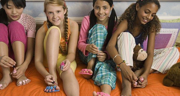 Las chicas se hacen la pedicura en las fiestas de spa.