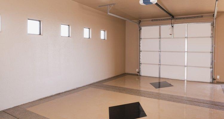 La pared trasera de este garaje podría dar almacenamiento necesario.