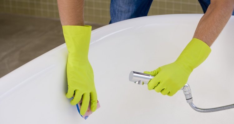 Homem limpando banheira