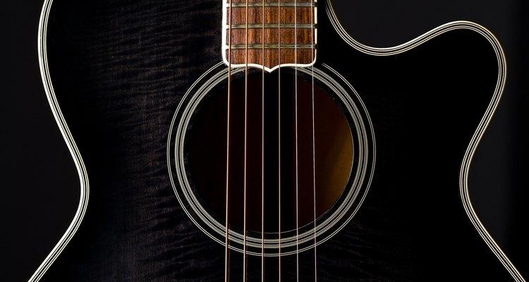 A curva no corpo do violão facilita a execução de solos utilizando notas primas