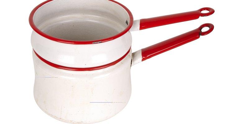 No fogão, derreta os marshmallows em banho maria