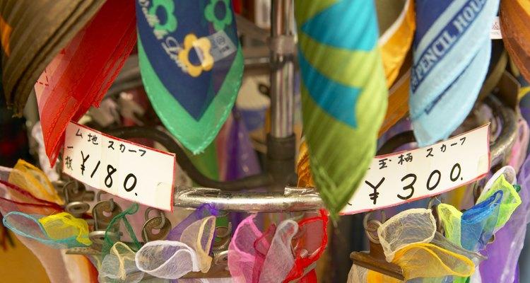 Pequeños elementos accesorios, como bufandas o corbatas, son un buen regalo en esta etapa.
