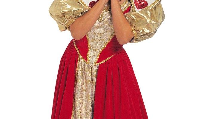Vístete en un elegante vestido de terciopelo rojo para una temática de la Reina de Corazones.