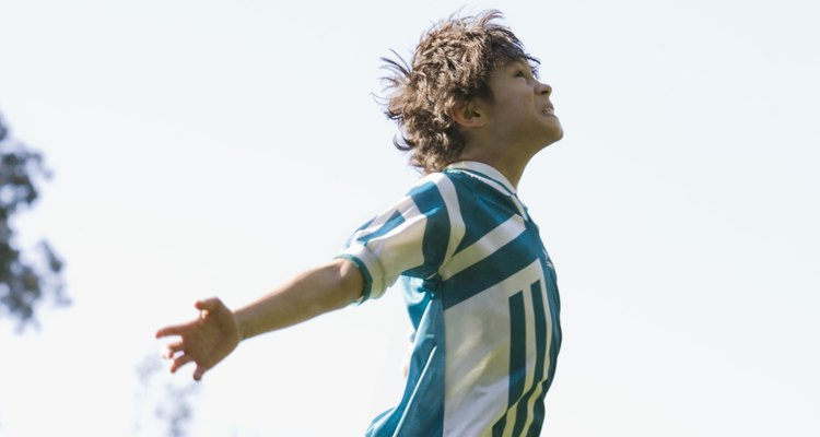Jogadores de futebol podem usar legalmente uma variedade de partes do corpo ao jogar bola
