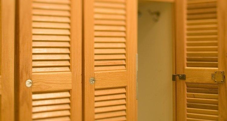 Crea un par de puertas plegables usando suministros de soporte básicos.