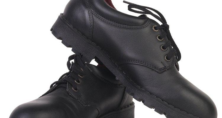 Alguns dos sapatos com solas e saltos de couro são as sapatilhas de balé, os sapatos sociais masculinos e as botas de trilha