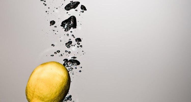 El agua alcalina con limón puede ayudar a equilibrar el pH interno del cuerpo.
