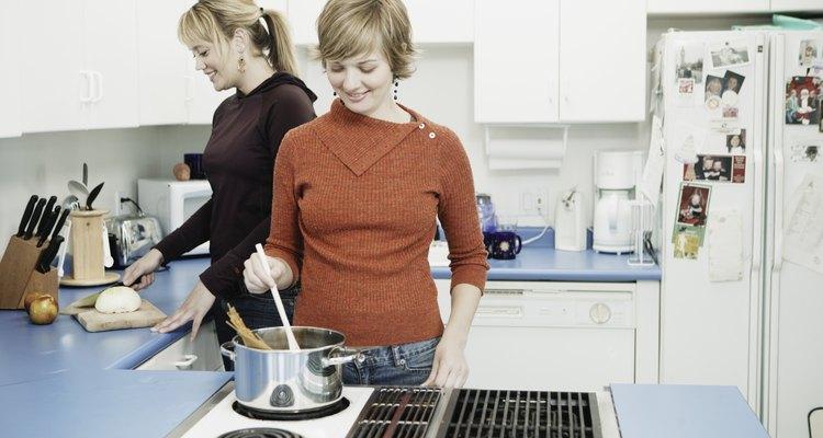 Probablemente tienes etiquetas del fabricante en el horno.