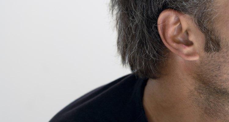 Caroços atrás da orelha podem ser causados por uma infecção óssea, reação alérgica, ou nódulos linfáticos inchados.