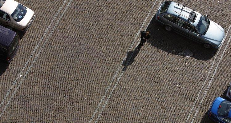 El asfalto y el concreto son materiales utilizados ampliamente en la construcción de estacionamientos.