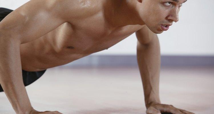 As flexões são um ótimo exercício de empurrar que utiliza o peso do corpo