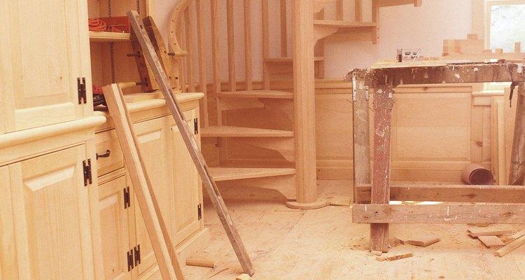 Usa una escalera en espiral para un espacio pequeño con un diseño elegante.