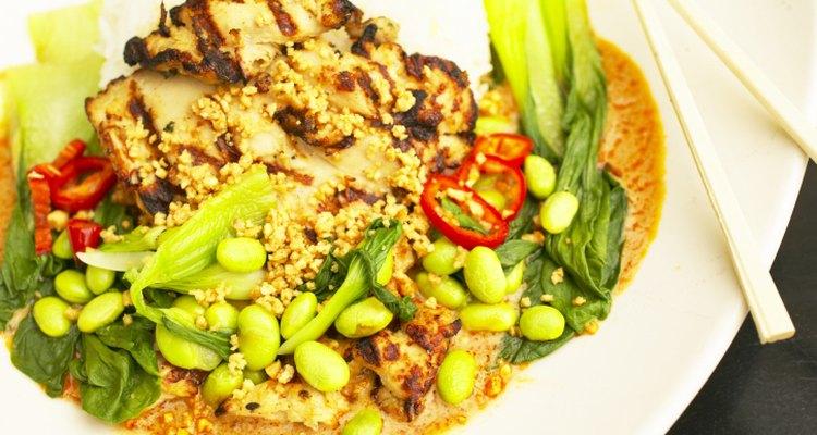 Una ensalada fría hace una deliciosa cena en una noche calurosa.