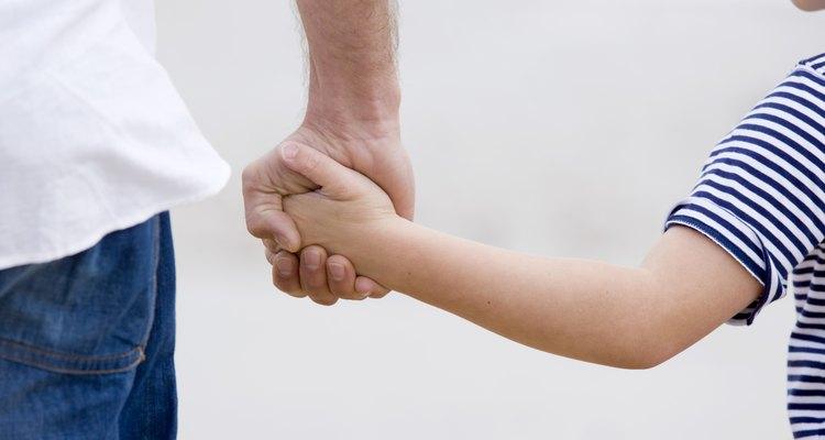 Padre llevando a un niño de la mano.