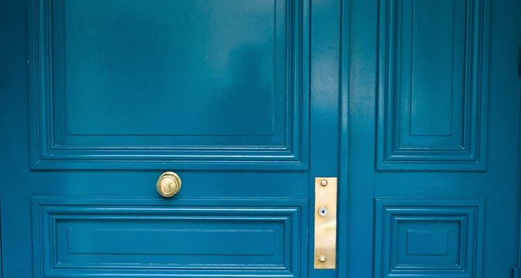 Se necesita más que solo pintura negra para oscurecer un color azul claro.