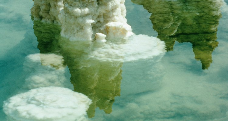 La piedra de sal se cosecha de depósitos de sal naturales.