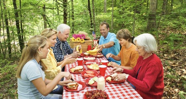 Comida campestre en el bosque.
