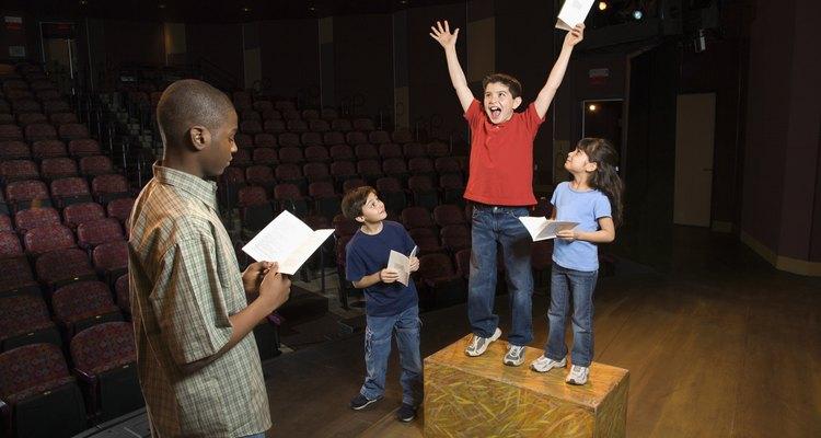 Introduce a tu hijo adolescente a las artes teatrales inscribiéndolo en clases de actuación.